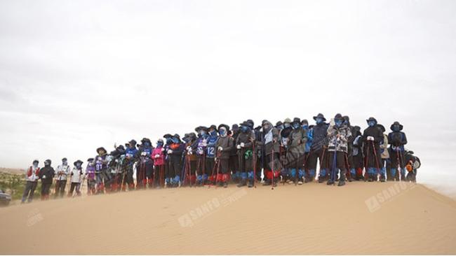 三夫团建-沙漠远征马上金融合影